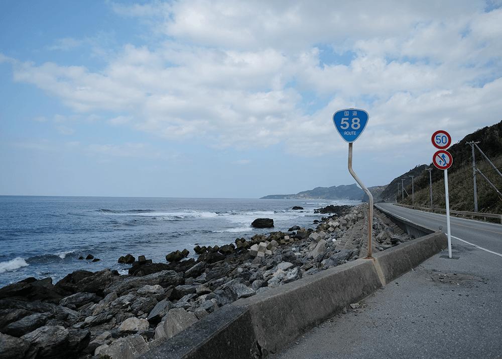 やんばるを海沿いに走る国道